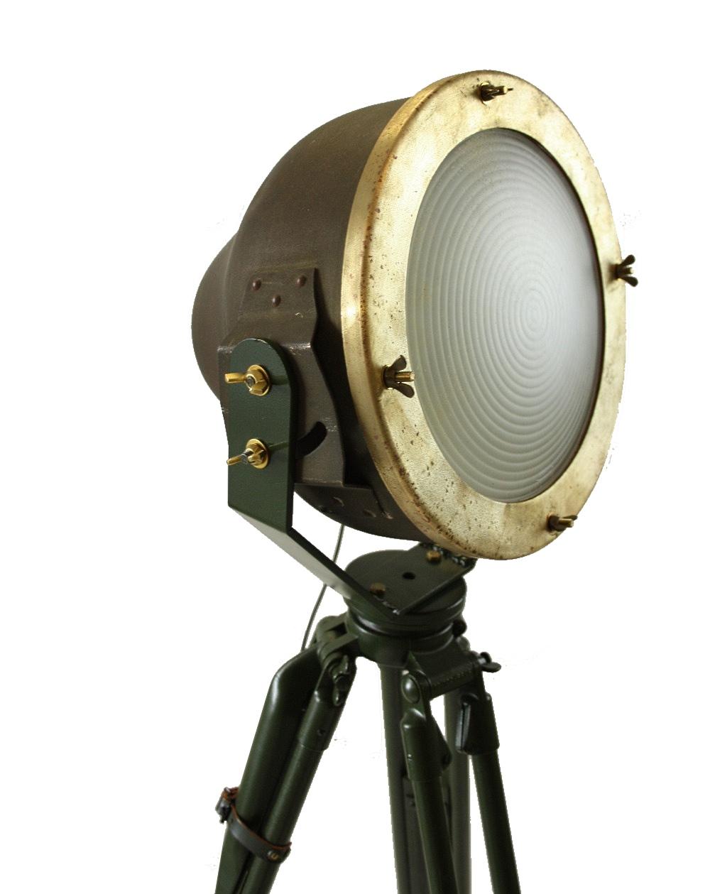 Industriele vloerlamp op statief closeup for Industriele vloerlamp